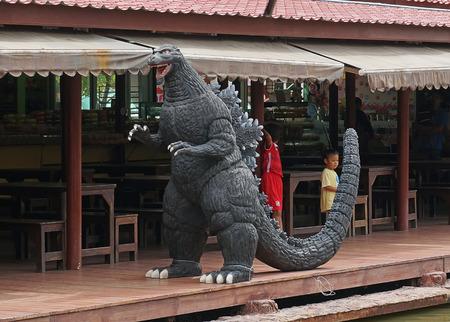 avenger: Ayuttaya, Tailandia - 15 DE AGOSTO, 2015: Un modelo Godzilla reposar al aire libre en el mercado flotante Thung Bua Chom Editorial