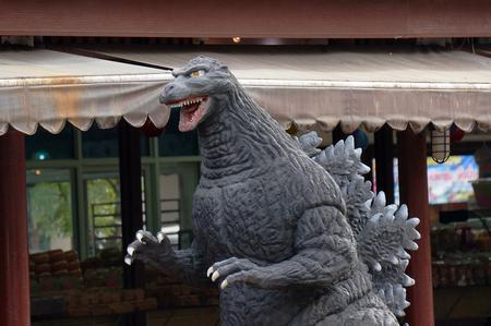 avenger: Ayuttaya, Tailandia - 29 de agosto, 2015: Un modelo de Godzilla de pie al aire libre en el mercado flotante Thung Bua Chom Editorial