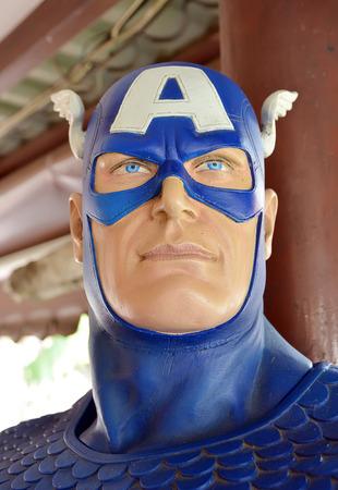 avenger: Ayuttaya, Tailandia - 11 de abril 2015: Un modelo de Capitán América en el mercado flotante Thung Bua Chom