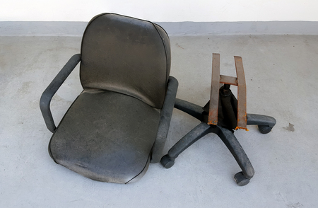 破損した椅子 写真素材