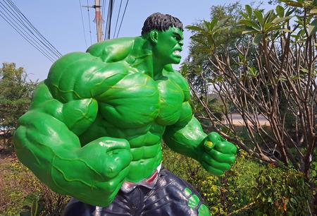 avenger: Phetchabun, Tailandia-FEBURAY 13, 2016: El modelo de pantalla Hulk al aire libre en frente del restaurante
