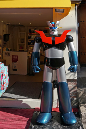 ソウル、韓国 - 2015 年 11 月 15 日: マジンガー Z モデル立って北村ストリート マーケットで店の前で