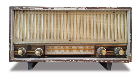 vieille radio rétro sur fond blanc