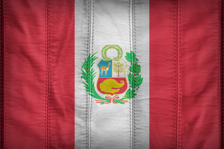 bandera de peru: National flag of Peru flag pattern on synthetic leather texture Foto de archivo