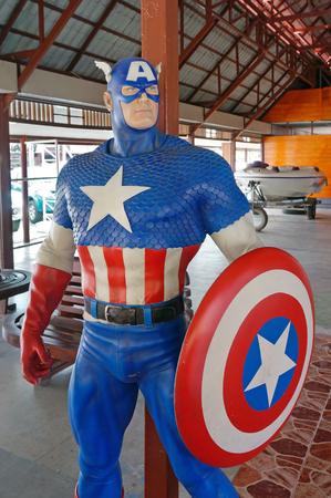 avenger: Ayuttaya, Tailandia - 12 de agosto, 2016: Un modelo de Capitán América en el mercado flotante Thung Bua Chom