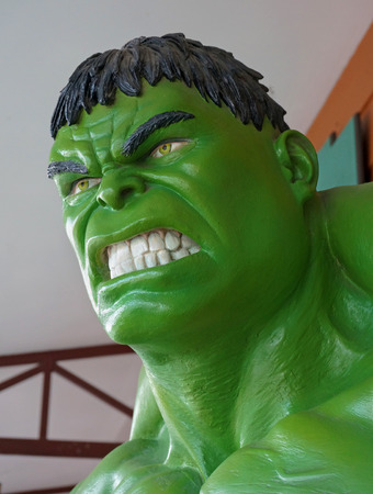 AYUTTAYA, TAILANDIA - 30 DE MAYO DE 2015: El modelo de Hulk en el mercado flotante de Thung Bua Chom