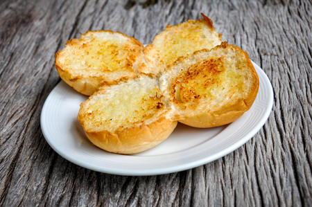 edibles: Garlic bread on the plate.