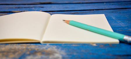 lapiz y papel: Bloc de notas en una mesa de madera Foto de archivo