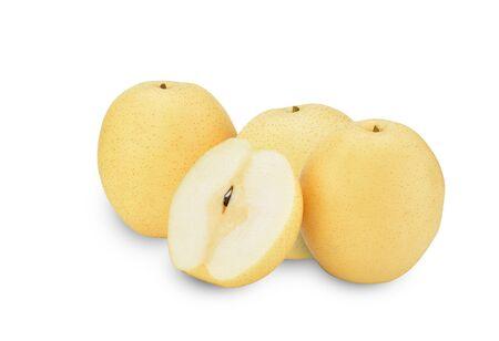 Peras - Peras asiáticas aisladas sobre fondo blanco. Las peras, una fruta antigua y que produce jugosas frutas amarillas en primavera, son deliciosas y frescas.