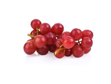 raisin rouge isolé sur blanc