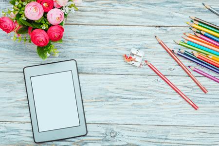E-book, bloemen en kleurpotloden, plat