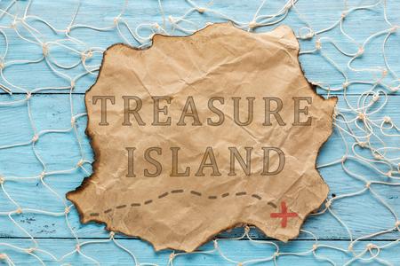 isla del tesoro: Text: Treasure Island. Written on old paper. Flat lay Foto de archivo