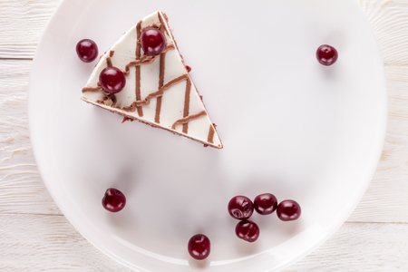 trozo de pastel: Piece of chocolate cake on plate decorated cherries and chocolate