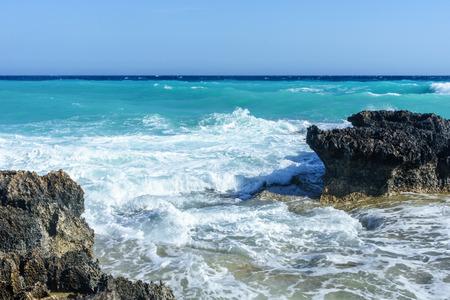 Golven slaan op de rotsachtige kust, de Middellandse Zee. Cyprus