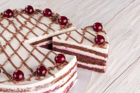 Schokoladenkuchen mit Mousse, dekorierten Kirschen Standard-Bild - 98271338