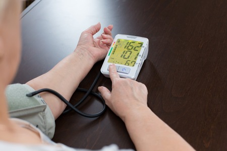 hipertension: las medidas mujer a sí misma una presión arterial