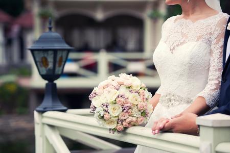 colour in: ramo de novia de color de blanco en las manos