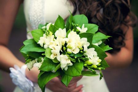colour in: ramo de novia de color de verde en las manos Foto de archivo