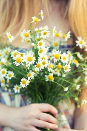 color in: bridal bouquet of yellow color in hands Foto de archivo