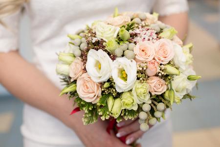 color in: ramo de novia de color de rosa en las manos