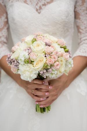 colour in: ramo de novia de color de rosa en las manos