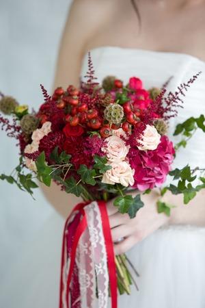 color in: ramo de novia de color rojo de las manos Foto de archivo