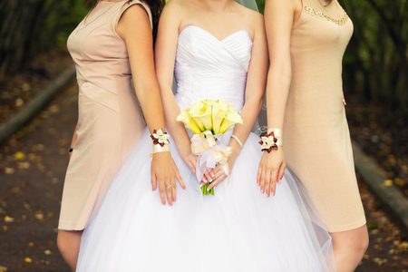 callas: bride with a bouquet of yellow callas and bridesmaids in beige dresses