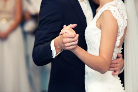 pan młody i panna młoda trzymają się za ręce