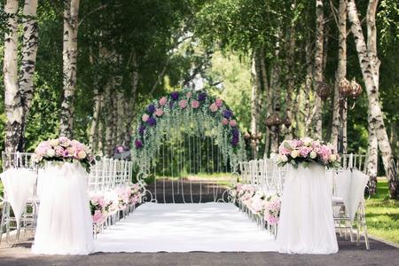 arche de mariage de fleurs dans le bois Banque d'images