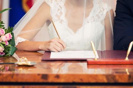 결혼식. 자신의 서명을 떠나는 웨딩 커플.