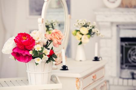 꽃과 의자로 장식 된 오래된 드레싱 테이블