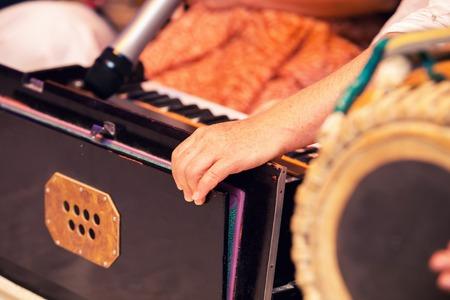 인도 하모늄, 전통적인 목조 키보드 악기