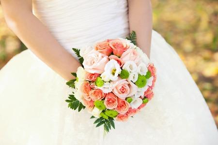color in: ramo de novia de rosas de color rosado en las manos