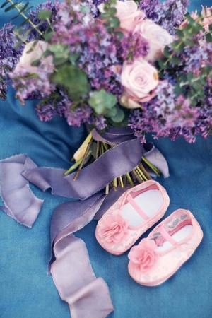 라일락과 블루 직물에 장미에서 아름 다운 봄 꽃다발