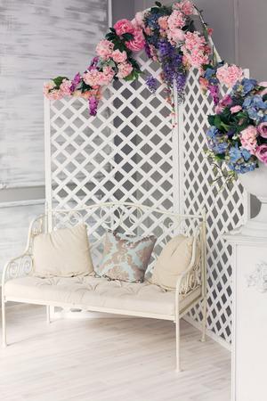 muebles de cuero blanco estilo de la vendimia habitación interior clásico con flores grandes ventanas y primavera