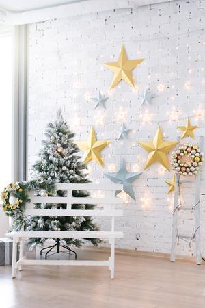 흰색 홀 클래식 인테리어 디자인에서 크리스마스 트리를 장식.