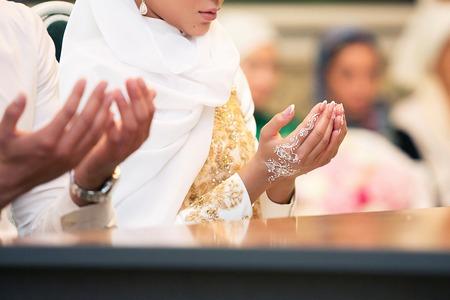 이슬람 소녀와 그 남자는 이슬람 전통에 따라 결혼한다.