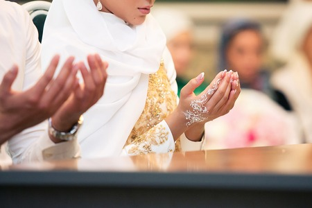 Muslim girl and the man marry by Muslim traditions Standard-Bild