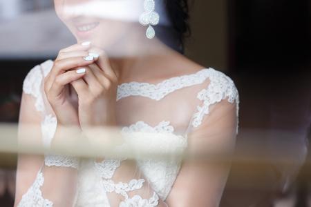 Hermosa manicura de la boda de la novia de cerca