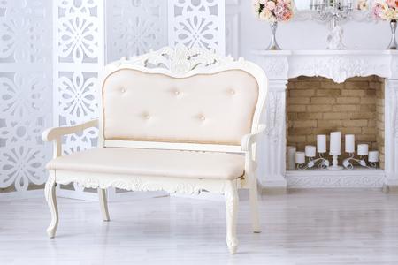 Sofá beige de lujo en el interior de la luz Foto de archivo