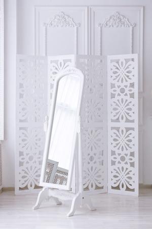 Blanco espejo en la sala de luz con un clásico interior Foto de archivo