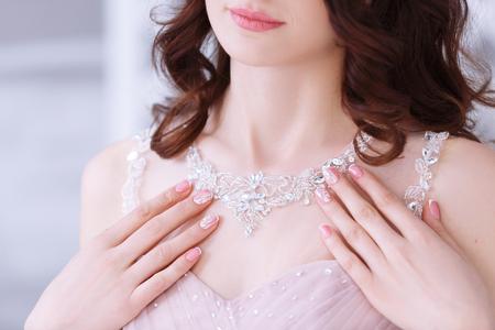 Hermoso encaje de un vestido rosa de la boda de la novia.
