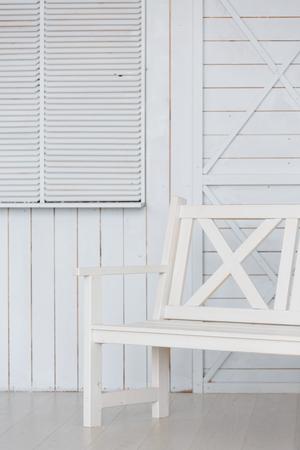 Vintage banco blanco contra la pared de madera azul
