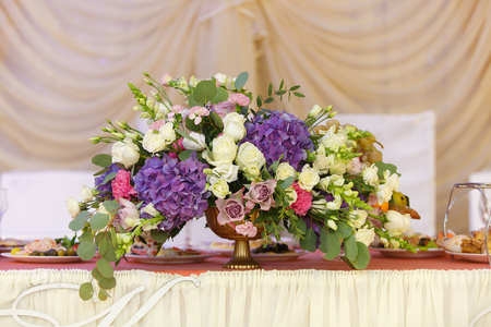 decor of flowers on wedding table bride and groom Foto de archivo