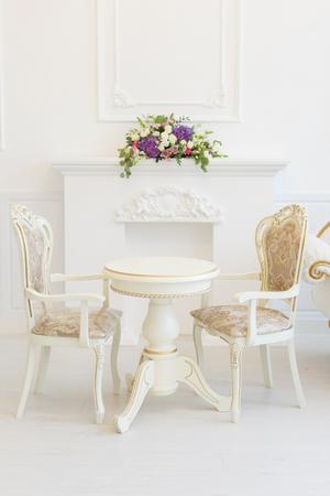 Blanco mesa y silla en una sala de estar. Clásicos modernos con elementos rococó