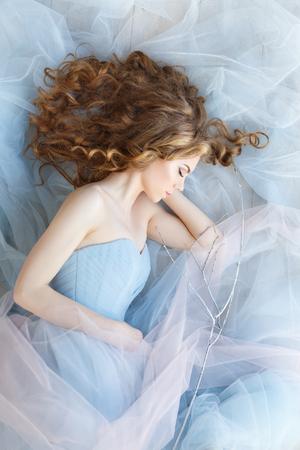 Hermoso retrato de la novia en un vestido azul. Mañana de la novia. Una boda en tonos azules. Sueños mágicos