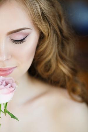 Foto de arte de joven encantadora con rosas