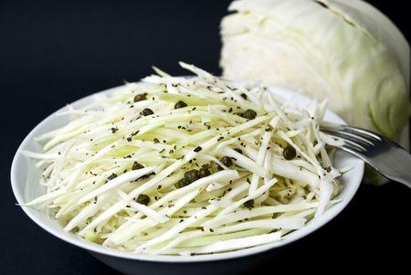 cole: cole insalata con capperi e il pepe-tagliati