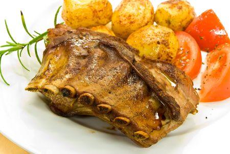 spanferkel: Ein gebratenes Spanferkel mit Kartoffeln und Salat.