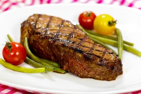 グルメ ステーキとチェリー トマト、緑の豆 写真素材